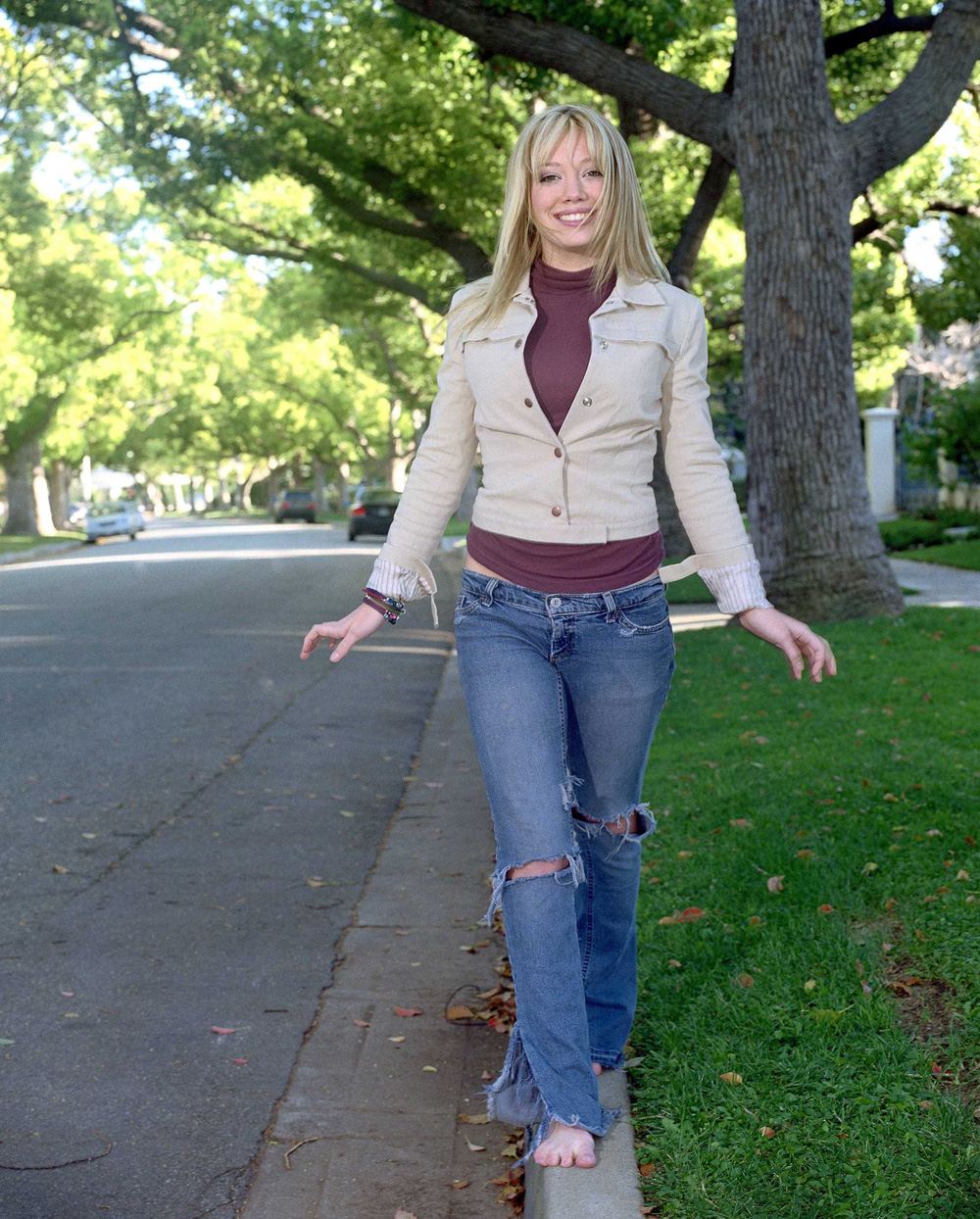 http://st.kinopoisk.ru/im/kadr/1/1/0/kinopoisk.ru-Hilary-Duff-1106868.jpg