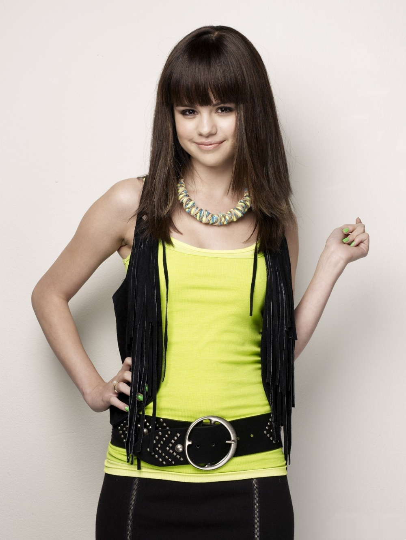 http://st.kinopoisk.ru/im/kadr/1/1/6/kinopoisk.ru-Selena-Gomez-1168397.jpg