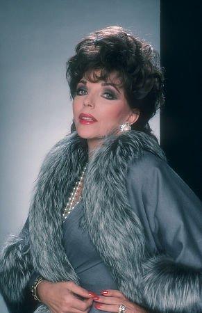 http://st.kinopoisk.ru/im/kadr/4/4/3/kinopoisk.ru-Joan-Collins-443258.jpg