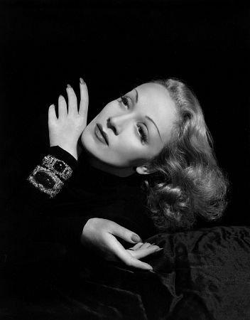 http://st.kinopoisk.ru/im/kadr/5/8/5/kinopoisk.ru-Marlene-Dietrich-585923.jpg