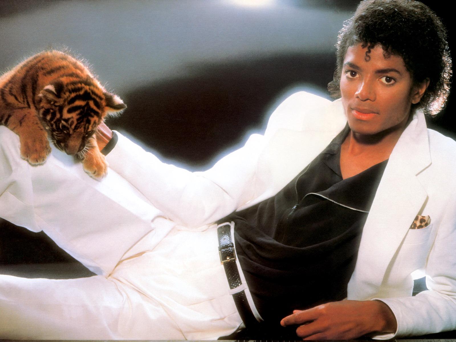 http://st.kinopoisk.ru/im/wallpaper/9/7/4/kinopoisk.ru-Michael-Jackson-974954--w--1600.jpg